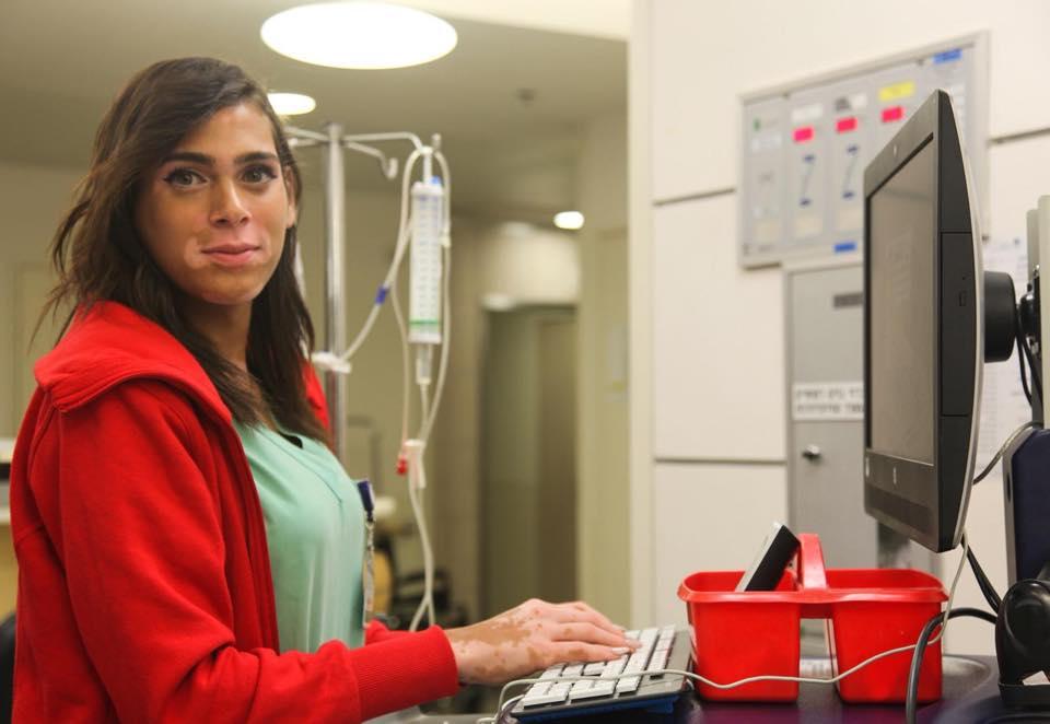"""מאיה, האחות הטרנסג'נדרית הראשונה בישראל, בביה""""ח איכילוב."""